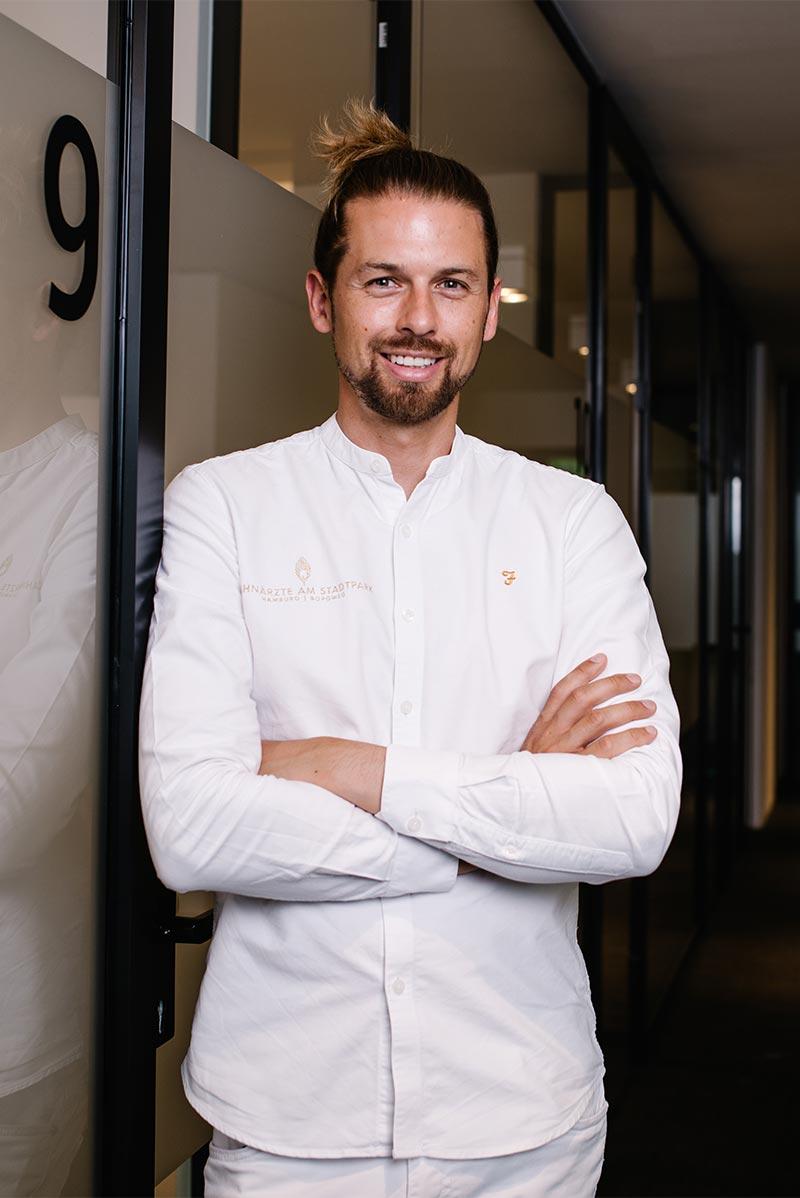 Zahnarzt Dr. Henning Brameyer im Portrait stehend